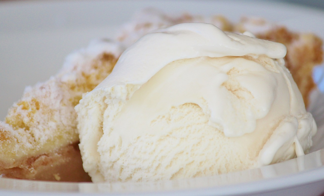 How to Prepare Quick Desserts With Vanilla Ice Cream